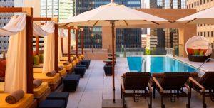terraza-mueble-hotel-sombrilla
