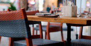 decoracion-restaurantes-rattan-silla-mesa-madera